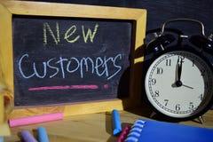 Neue Kunden auf buntem handgeschriebenem der Phrase auf Tafel lizenzfreie stockfotos