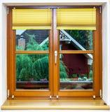 Neue lamellierte braune Fensterinnenansicht Stockfotos