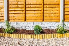 Neue landschaftlich gestaltete Holzspangartengrenze Stockfoto