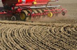 Neue LandwirtschaftsGetreidekorn-Sämaschinenmaschinerie, die an Feld arbeitet Stockbild
