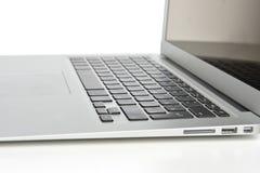 Neue Laptopanzeige mit Tastatur und leerem Bildschirm Stockfotos