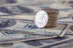 Neue Münze des russischen Rubels und amerikanische Dollar Stockbild