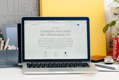 Neue MacBook Pro-Retina mit breiter Tonleiteranzeige der Notenstange lizenzfreies stockbild