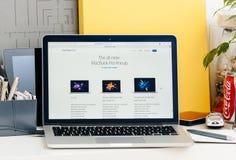 Neue MacBook Pro-Retina mit Notenstange, Gesamt-neuMacBook-Pro-lineu Stockfotografie