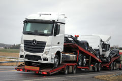 Neue Mercedes-Benz Trucks Being Hauled Lizenzfreie Stockbilder