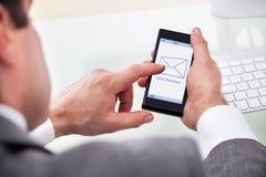 Neue Mitteilung Geschäftsmann-Holding Mobile Withs auf einem Schirm Stockbilder