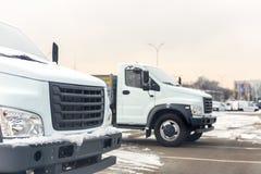 Neue mittlere Größen-LKWs an der Verkaufsstelle, die draußen am Winter parkt LKW-Service und -wartung Liefern und Lager lizenzfreie stockfotografie