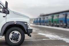 Neue mittlere Größen-LKWs an der Verkaufsstelle, die draußen am Winter parkt LKW-Service und -wartung Liefern und Lagerservice lizenzfreie stockfotografie