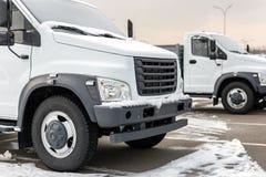 Neue mittlere Größen-LKWs an der Verkaufsstelle, die draußen am Winter parkt LKW-Service und -wartung Liefern und Lagerservice stockfoto
