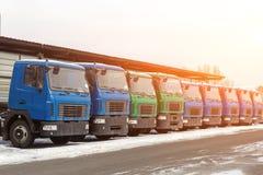 Neue mittlere Größen-LKWs an der Verkaufsstelle, die draußen am Winter parkt LKW-Service und -wartung Liefern und Lagerservice stockfotos
