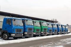 Neue mittlere Größen-LKWs an der Verkaufsstelle, die draußen am Winter parkt LKW-Service und -wartung Liefern und Lagerservice stockbilder