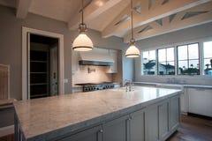 Neue moderne große Hauptküche Stockbilder