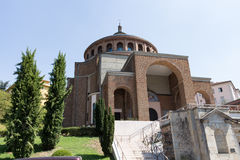 Neue moderne Kirche von der Front Lizenzfreies Stockfoto