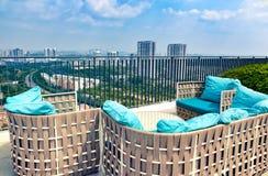 Neue moderne Terrasse, Balkon auf Dach des hohen Aufstiegsgebäudes mit schöner Ansicht von Stadtbild Stockfoto