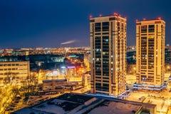Neue moderne Wolkenkratzer auf Hintergrund der Nachtstadt von Voronezh Stockbild