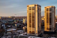 Neue moderne Wolkenkratzer auf Hintergrund der Nachtstadt von Voronezh Lizenzfreie Stockbilder