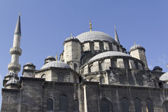 Neue Moschee Istanbul die Türkei, Ansicht von Hauben und von Mina lizenzfreie stockfotografie
