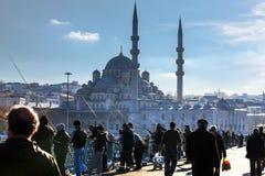 Neue Moschee und Fischer auf Galata-Brücke lizenzfreie stockfotos
