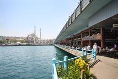 Neue Moscheen-, Galata-Brücke und Restaurants Stockfotos