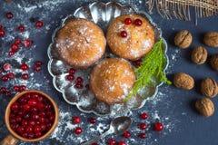 Neue Muffins und Moosbeerfruchtgetränk mit einem dunklen Hintergrund und dem Niederlassungsbaum Stockbilder