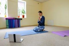 Neue Muttergebrauchs-Yogaklasse, zum von Schmerz im Dorn wieder zu erleben lizenzfreies stockbild