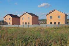 Neue nicht bevölkerte zwei-storeyed Landhäuser vom Ziegelstein Stockbild