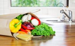 Neue organische Lebensmittellieferung des rohen Gemüses in der Papiertüte auf Holzbank stockfotos