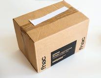 Neue Paketpappschachtel geliefert von Fnac ausdr?cklich stockfoto