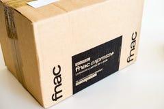 Neue Paketpappschachtel geliefert von Fnac ausdr?cklich lizenzfreie stockbilder