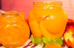 Neue Pfirsiche und Pfirsichmarmelade Stockfoto