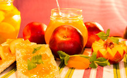 Neue Pfirsiche und Pfirsichmarmelade Lizenzfreie Stockfotos