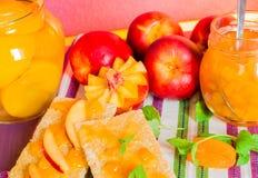Neue Pfirsiche und Pfirsichmarmelade Stockfotos