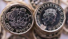 Neue Pfundmünze eingeführt in Großbritannien, in der Front und in der Rückseite stockfotografie