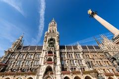 Neue Rathaus e Mariensaule - Marienplatz Monaco di Baviera fotografia stock