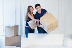 Neue Reparatur und Verlegung Liebevolles Paar genießt eine neue Wohnung Lizenzfreies Stockbild