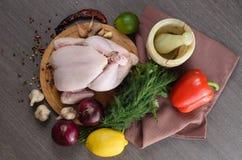 Neue rohe Hühnerzusammensetzung auf hölzernem Hintergrund Lizenzfreies Stockfoto
