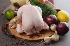 Neue rohe Hühnerzusammensetzung auf hölzernem Hintergrund Stockbild