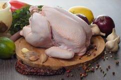 Neue rohe Hühnerzusammensetzung auf hölzernem Hintergrund Stockfotos