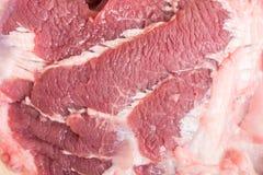 Neue rohe Rindfleischfleischscheiben auf hölzernem Stockbilder