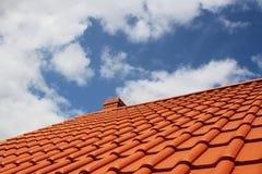 Neue rote Dachspitze gegen blauen Himmel Stockbilder