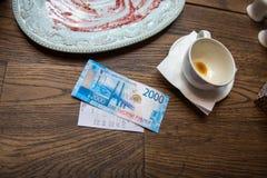 Neue 2000 Rubel Banknote im Café Stockfoto