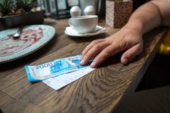 Neue 2000 Rubel Banknote im Café Stockbilder