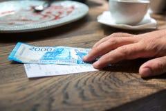 Neue 2000 Rubel Banknote im Café Stockfotos