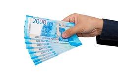 neue russische Banknoten benannten im Jahre 2000 Rubel in den männlichen Händen Lizenzfreie Stockfotografie