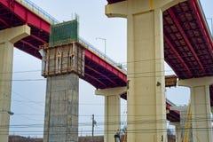 Neue Säulen im Autobahnbrückenbau stockbilder