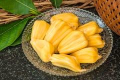 Neue süße Jackfruitscheiben auf einer Glasplatte Saftiger reifer Jackfruit Lizenzfreies Stockfoto