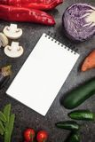 Neue saftige Gemüsegrenze, leerer weißer Notizblock mit Kopienraum, Draufsicht Modell für gesundes Tellerrezept lizenzfreies stockbild