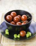 Neue saftige rote Kirschtomatenscheiben der grünen Peperoni Stockbild