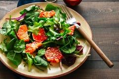 Neue Salatmischung mit Blutorangen auf einem hölzernen Hintergrund heal stockbilder