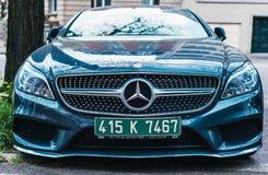 Neue schöne Mercedes-Benz-Frontansicht mit xeon führte Licht Stockbild
